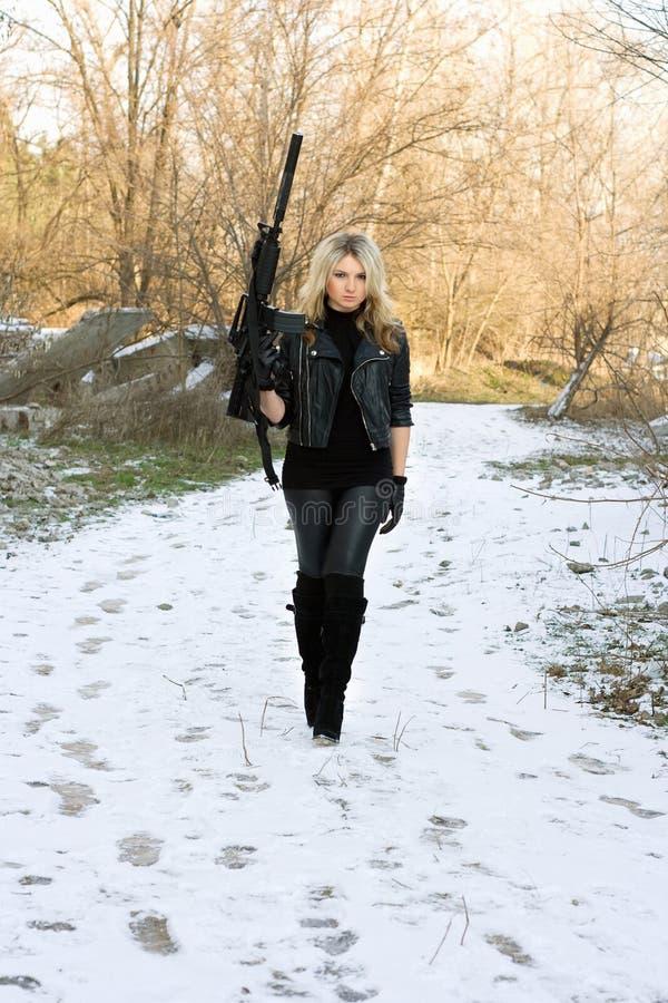 Belle jeune blonde avec un canon photos libres de droits