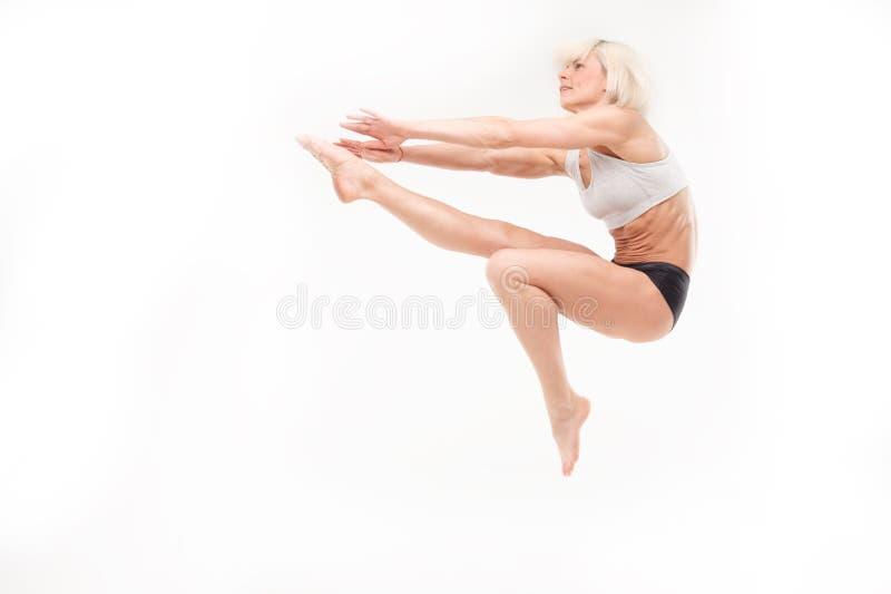 Belle jeune blonde dans un saut photos libres de droits
