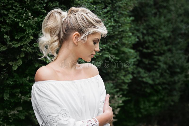 Belle, jeune, blonde femme dehors image libre de droits