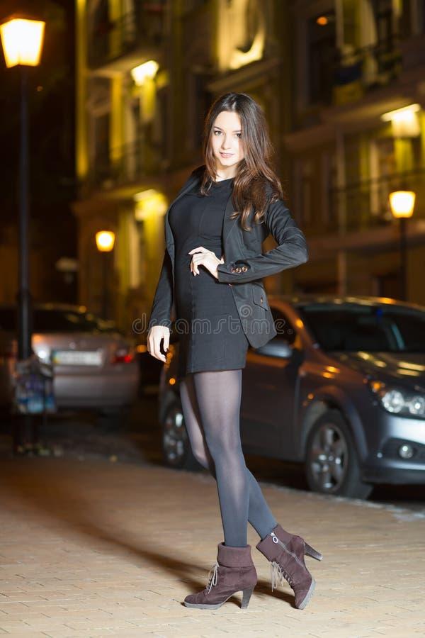 Download Belle jeune brune photo stock. Image du brun, jupe, dame - 76078822