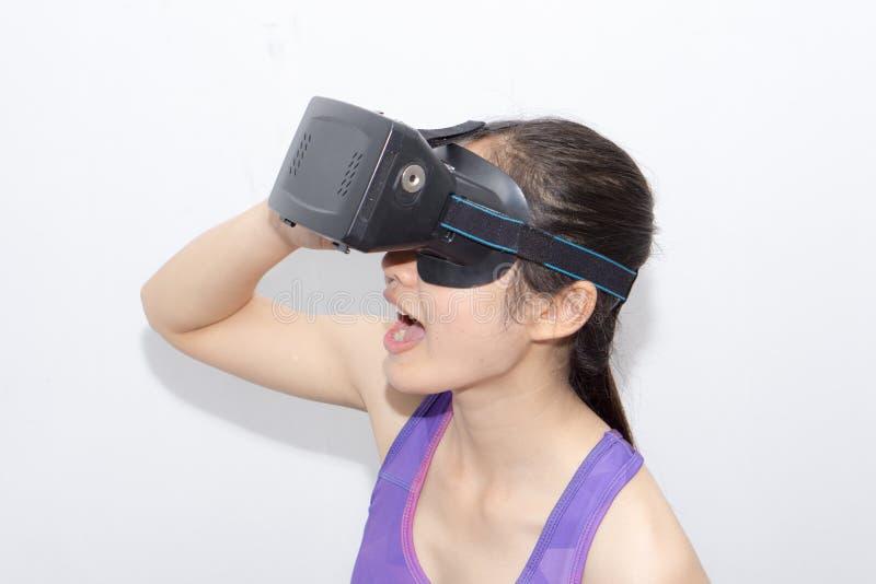 Belle jeune brune avec la réalité virtuelle de port de longs cheveux photographie stock libre de droits