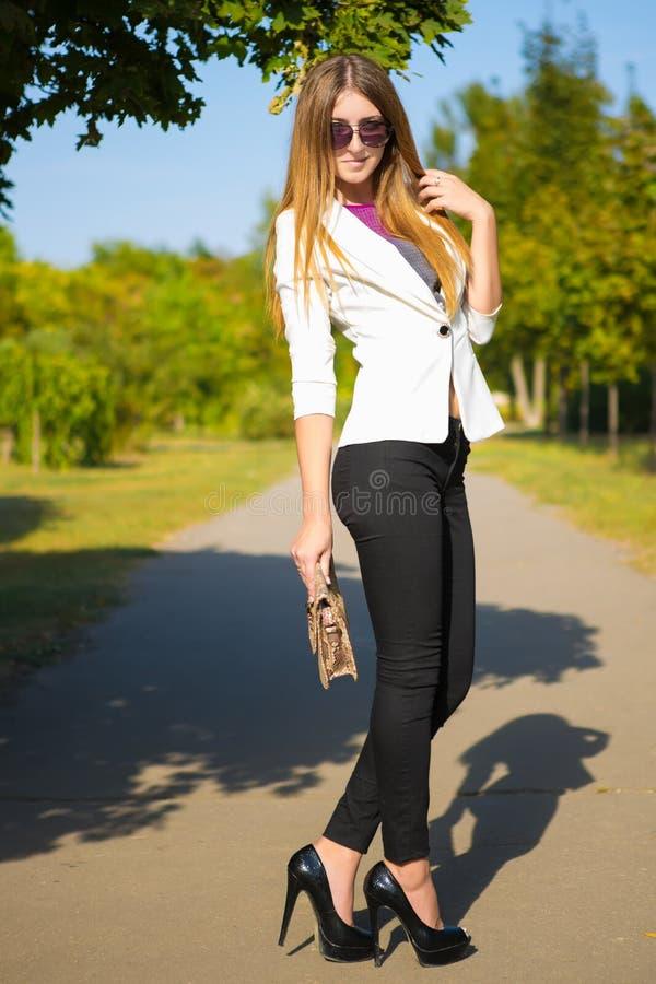 Belle jeune brune en parc image libre de droits