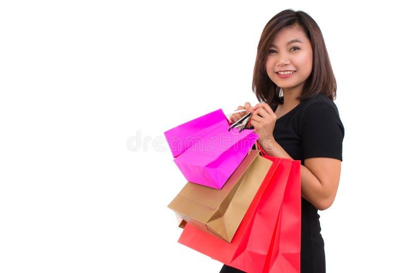 Belle jeune chemise asiatique de noir d'usage de femme Sacs à provisions de fixation de femme d'achats photographie stock libre de droits
