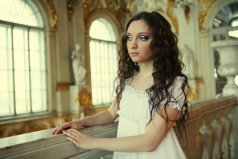 Belle jeune dame de victorian dans la robe blanche photos stock