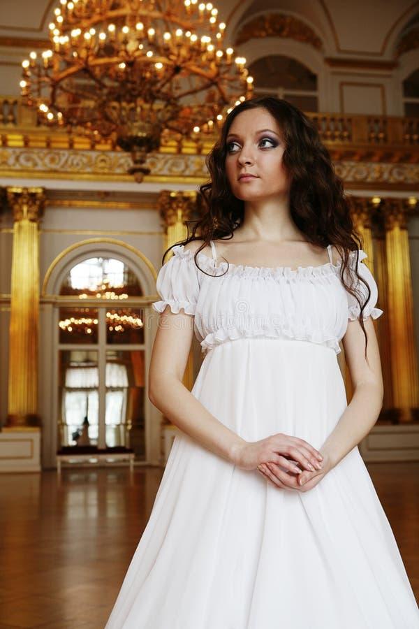 Belle jeune dame de victorian dans la robe blanche image stock