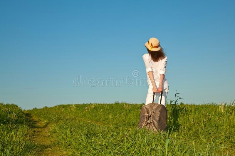 Belle jeune dame se déplaçant avec une valise photographie stock libre de droits