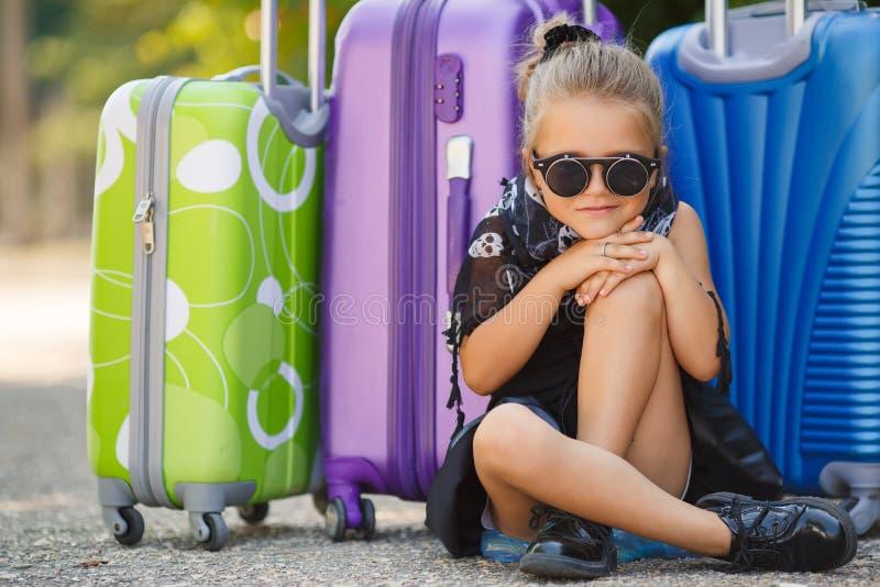 Belle jeune dame se déplaçant avec une valise photos stock