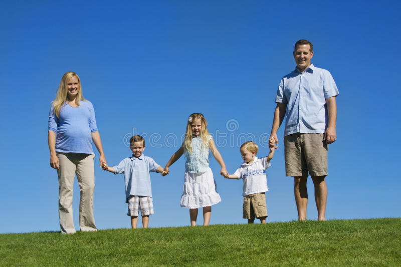 Belle jeune famille image stock