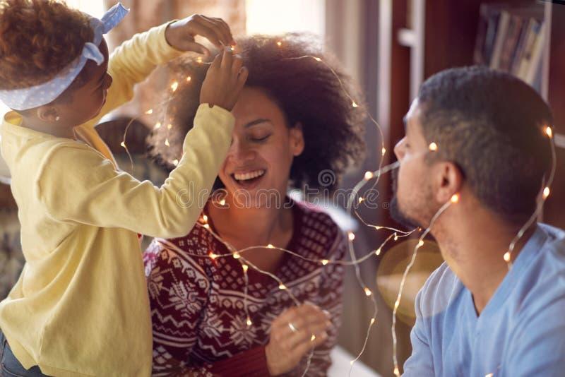 Belle jeune famille appréciant leur temps de vacances ensemble, décembre photographie stock