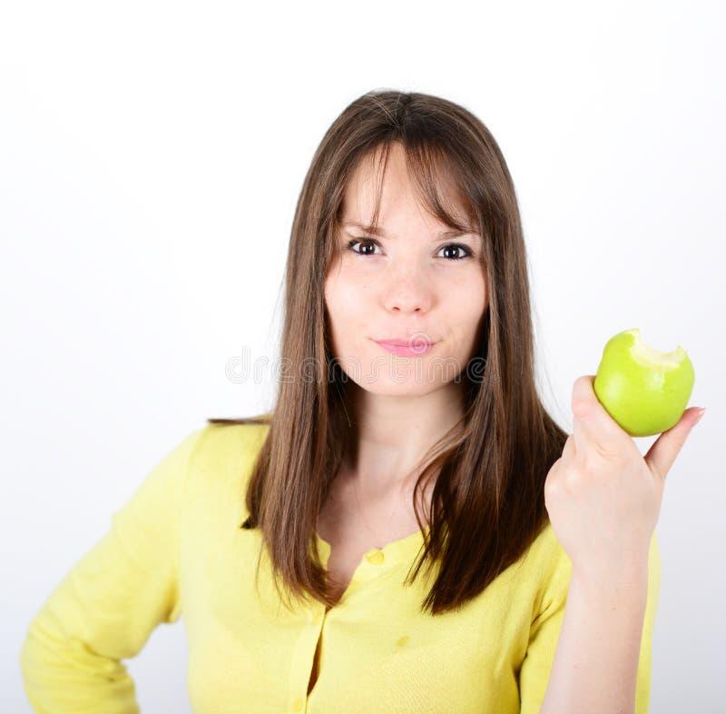 Belle jeune femelle tenant la pomme verte contre le backgro blanc photo libre de droits