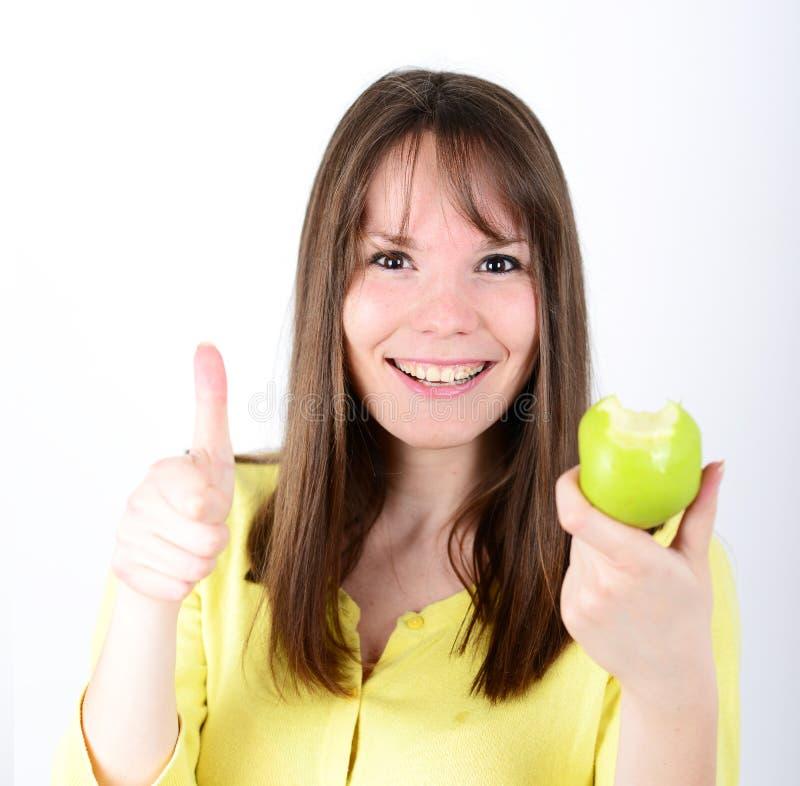Belle jeune femelle tenant la pomme verte contre le backgro blanc images libres de droits