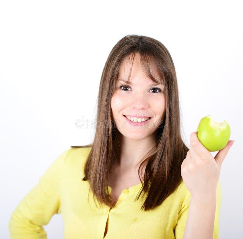 Belle jeune femelle tenant la pomme verte contre le backgro blanc photographie stock libre de droits