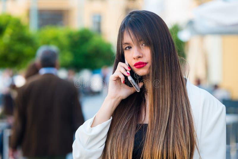 Belle jeune femme à l'aide de son téléphone portable photos libres de droits