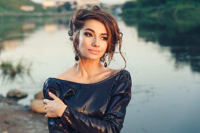 Belle jeune femme à la mode posant dans la robe à la côte de rivière image libre de droits