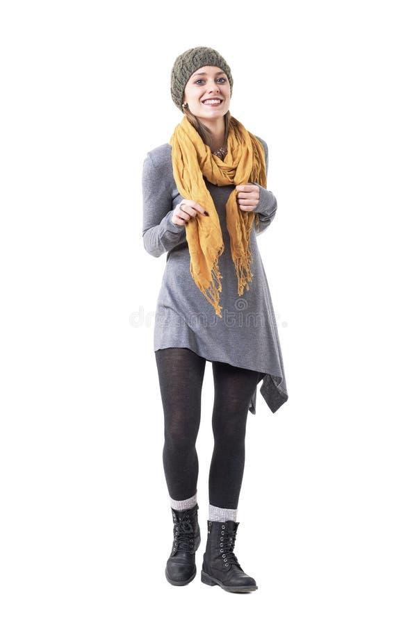Belle jeune femme élégante mignonne le sourire chaud d'habillement décontracté et en regardant la caméra photo libre de droits