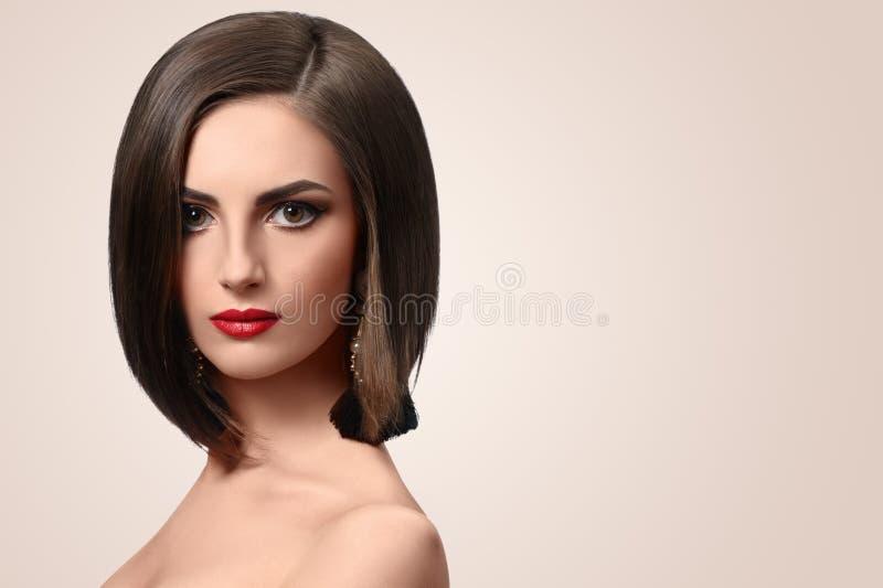 Belle jeune femme élégante posant dans le studio photo libre de droits