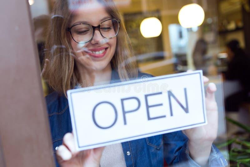 Belle jeune femme accrochant le connexion ouvert le magasin photo stock