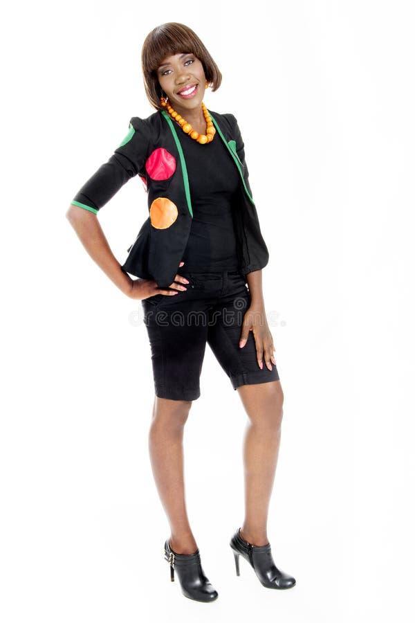 Belle jeune femme africaine habillée dans le concepteur africain Clothes images libres de droits