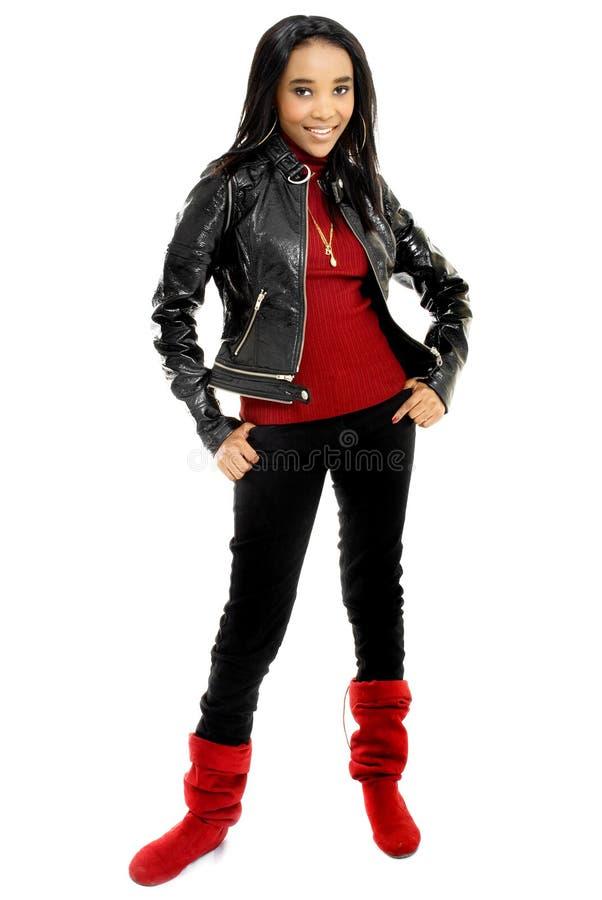 Belle jeune femme africaine habillée en rouge et le noir image libre de droits