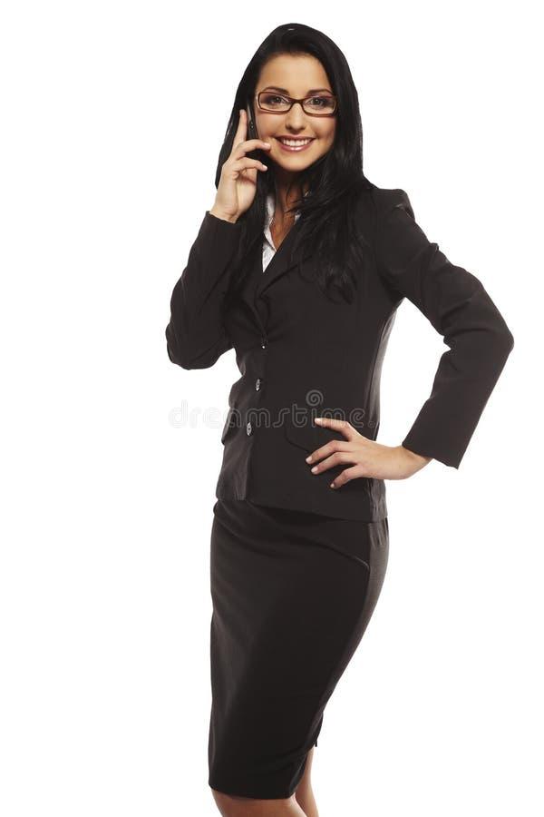 Belle jeune femme appelant par le mobile images stock