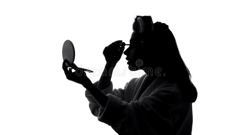 Belle jeune femme appliquant le maquillage de mascara devant le miroir, concept de beauté photos libres de droits