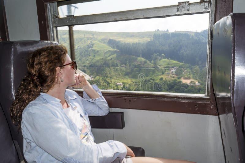 Belle jeune femme appréciant le déplacement par chemin de fer photographie stock libre de droits
