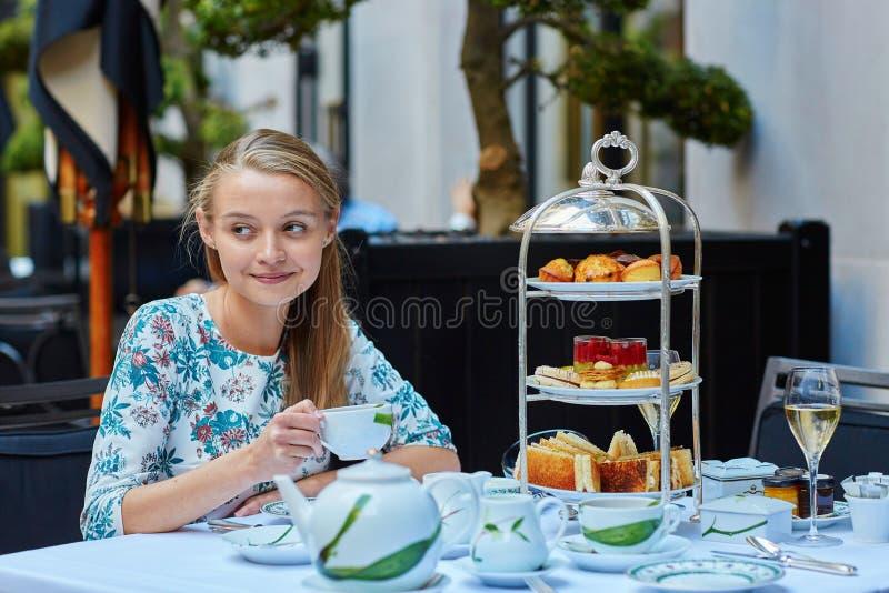 Belle jeune femme appréciant le thé d'après-midi images libres de droits