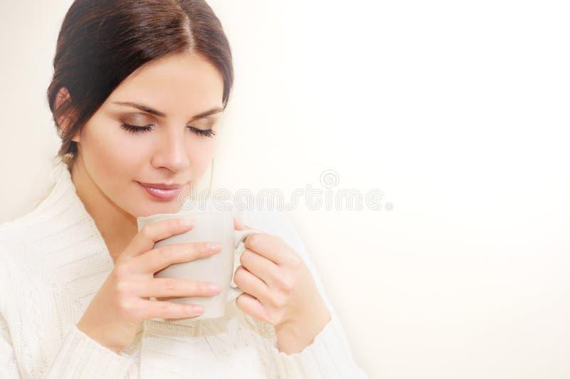 Belle jeune femme appréciant une tasse de café photographie stock