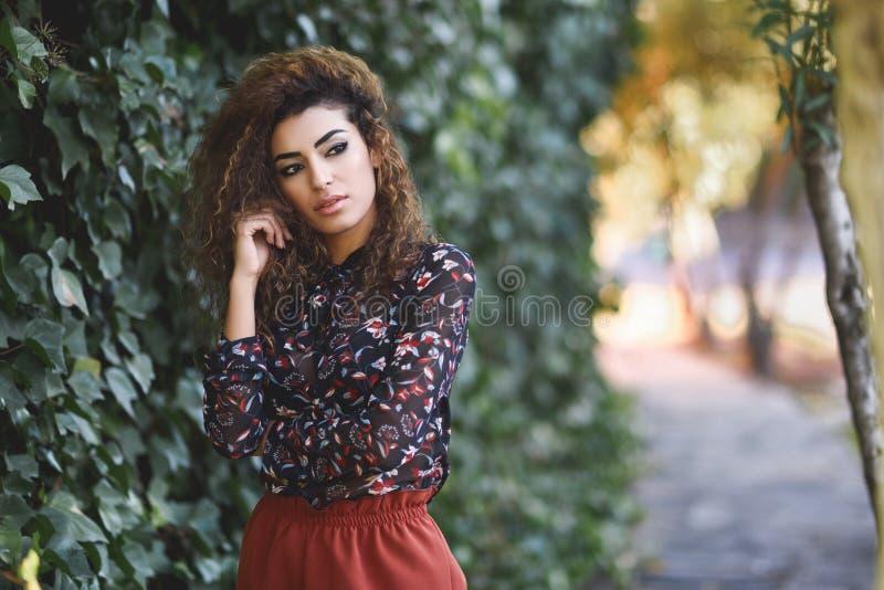 Belle jeune femme arabe avec la coiffure bouclée noire image libre de droits