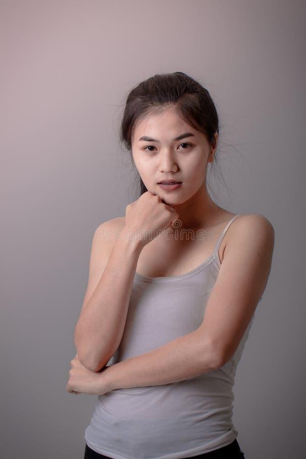 Download Belle Jeune Femme Asiatique Photo stock - Image du indoors, isolement: 87706244
