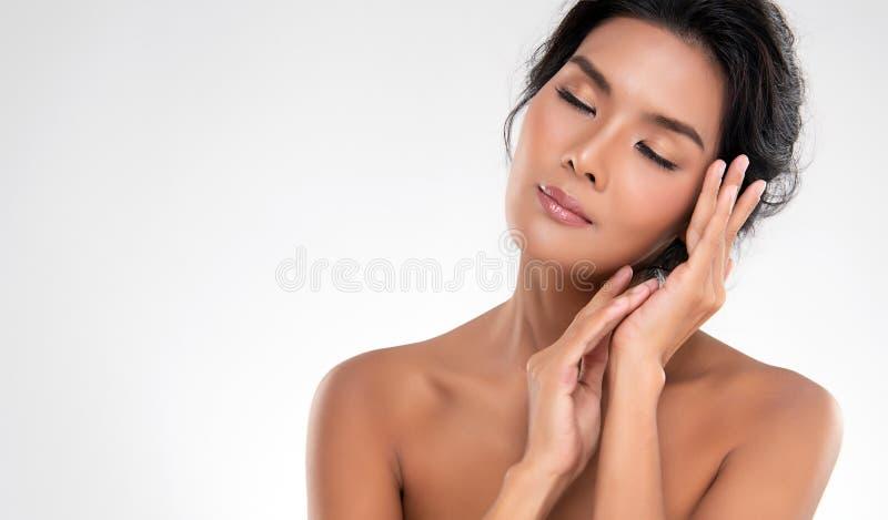 Belle jeune femme asiatique avec la peau fraîche propre photos stock