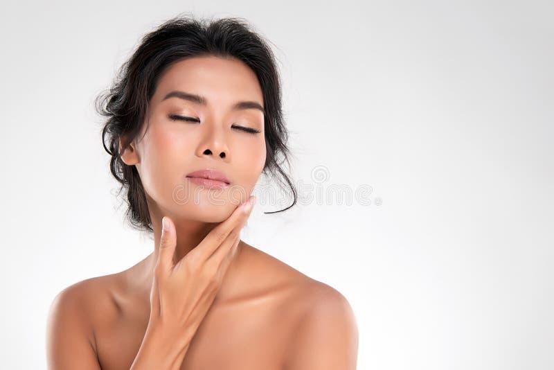 Belle jeune femme asiatique avec la peau fraîche propre image stock