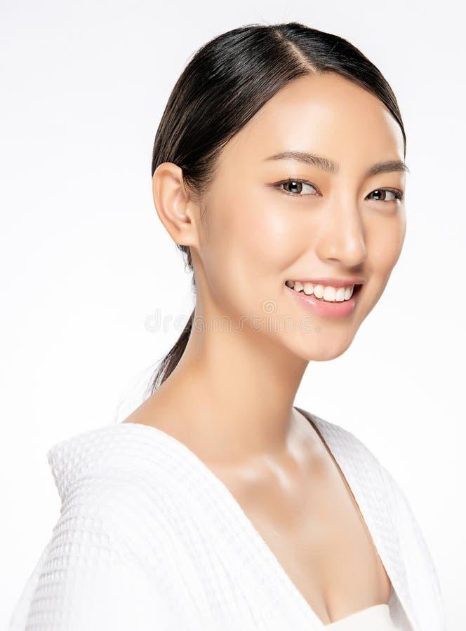 Belle jeune femme asiatique avec la peau fraîche propre images stock