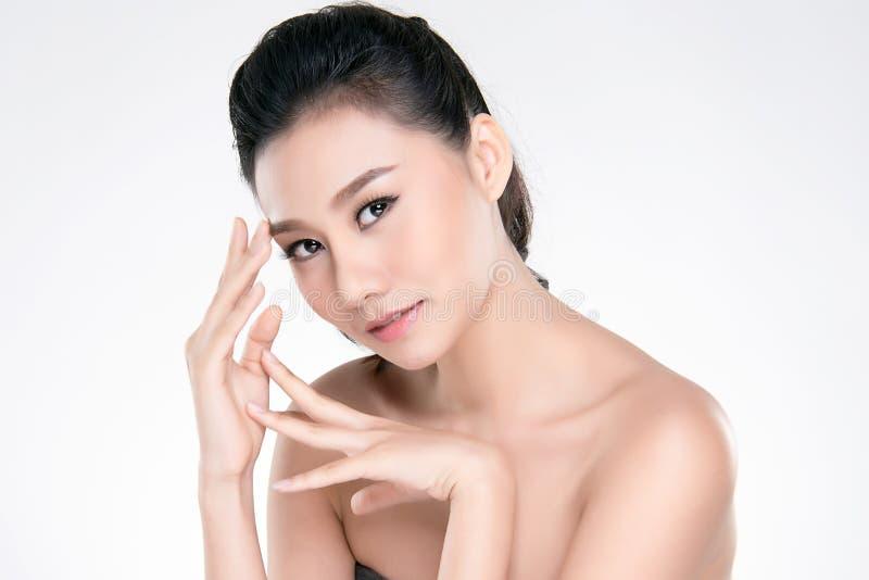Belle jeune femme asiatique avec la peau fra?che propre photographie stock libre de droits