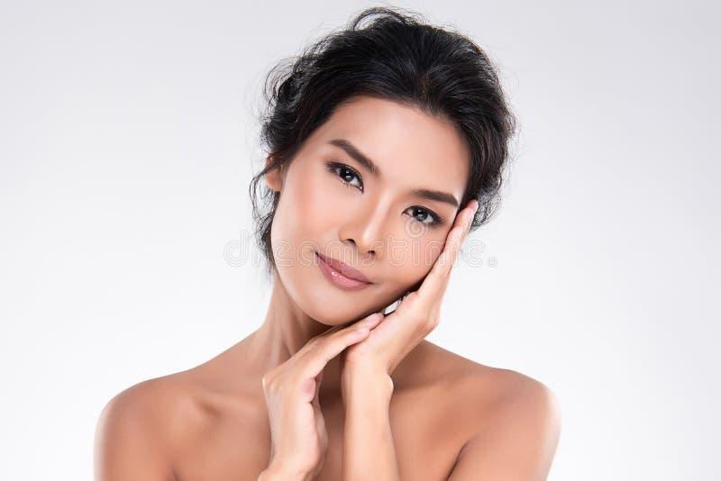 Belle jeune femme asiatique avec la peau fra?che propre images libres de droits