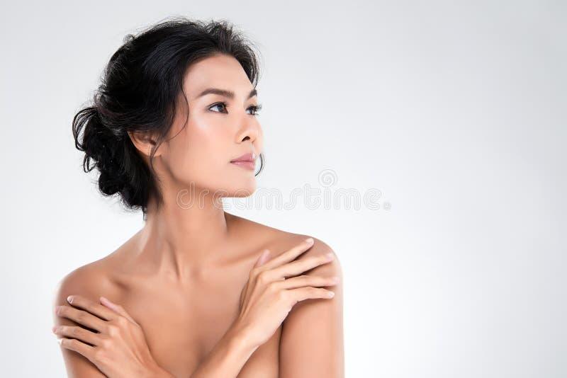 Belle jeune femme asiatique avec la peau fra?che propre photographie stock