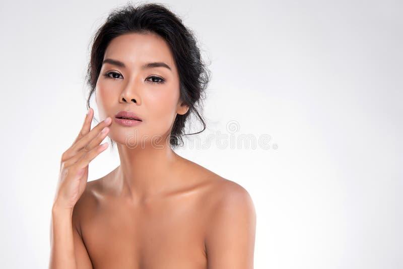 Belle jeune femme asiatique avec la peau fra?che propre photo libre de droits