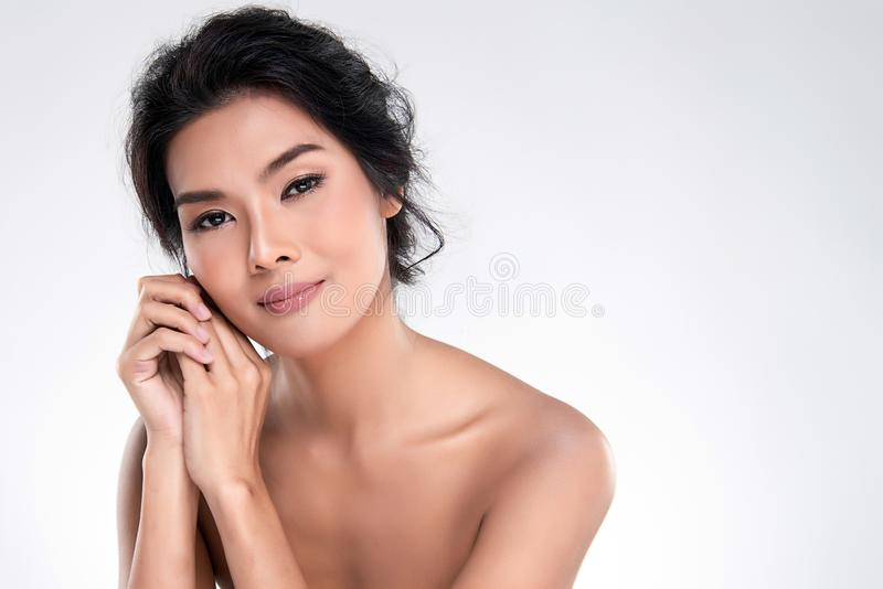 Belle jeune femme asiatique avec la peau fra?che propre image libre de droits