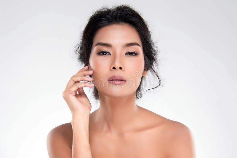 Belle jeune femme asiatique avec la peau fra?che propre image stock