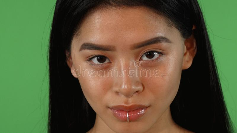 Belle jeune femme asiatique avec la perforation de lèvre souriant à l'appareil-photo photographie stock libre de droits