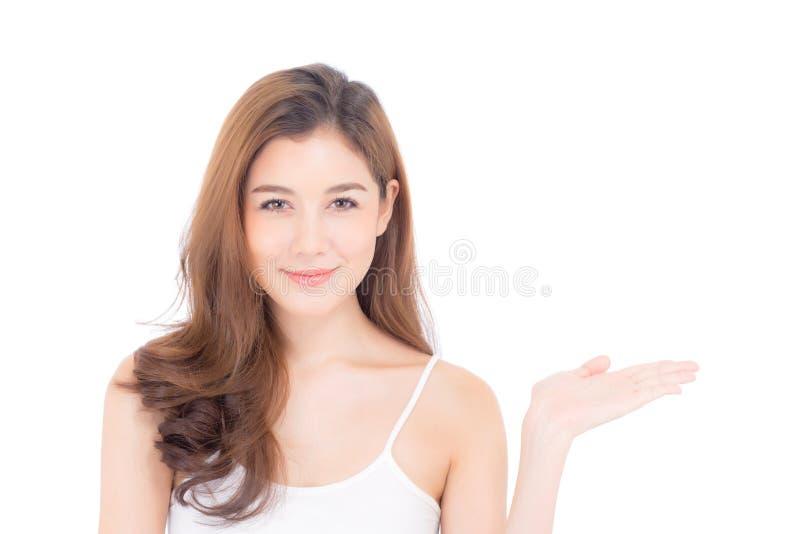 Belle jeune femme asiatique montrant avec la peau propre saine présentant à quelque chose l'espace vide de copie images stock