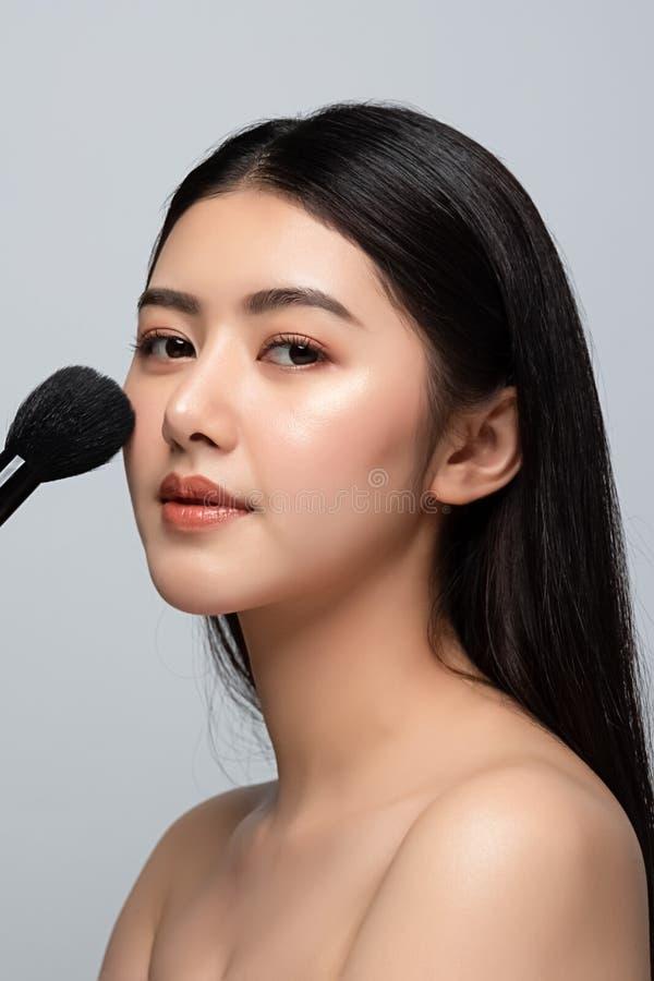 Belle jeune femme asiatique nettoyer le concept de peau nue fraîche et fraîche La beauté des filles asiatiques fait face aux soin photographie stock libre de droits