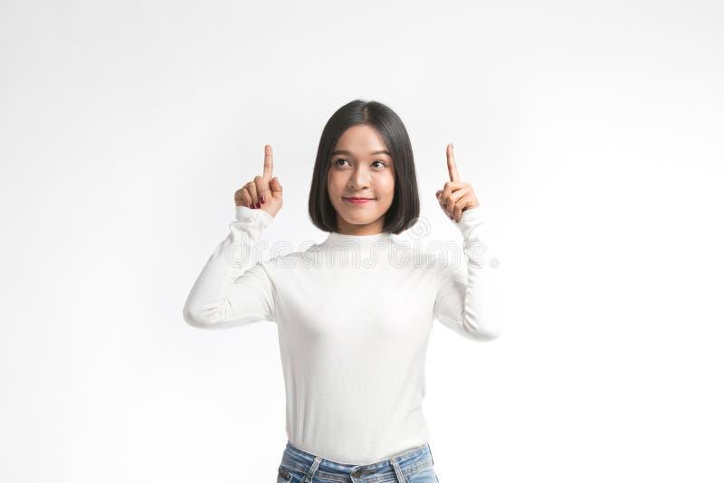 Belle jeune femme asiatique se dirigeant au whitespace avec le doigt photos stock