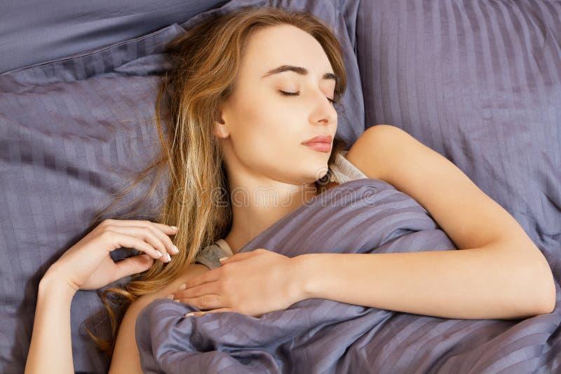 Belle jeune femme asiatique se dorant dans le lit pendant le matin Le beau visage mod?le semble sexy in camera, fille de sommeil images stock