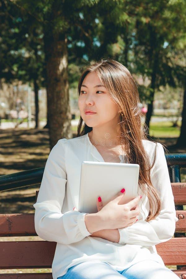 Belle jeune femme asiatique tenant la tablette images libres de droits