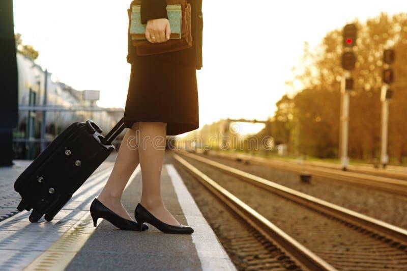 Belle jeune femme attendant un train sur la station photo libre de droits