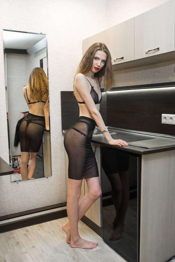 belle jeune femme au foyer sexy de femme dans la cuisine image stock image du cuvette heureux. Black Bedroom Furniture Sets. Home Design Ideas