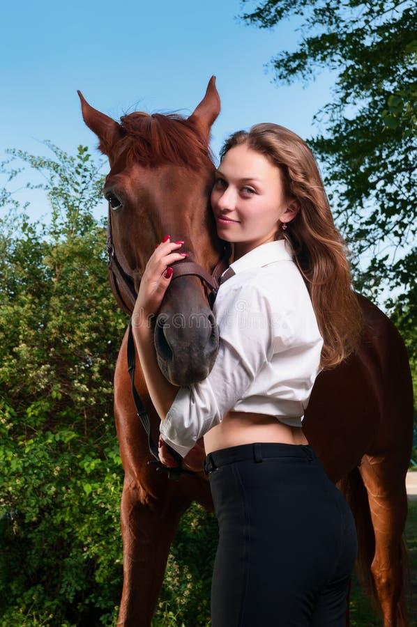 Belle jeune femme avec à cheval photos stock