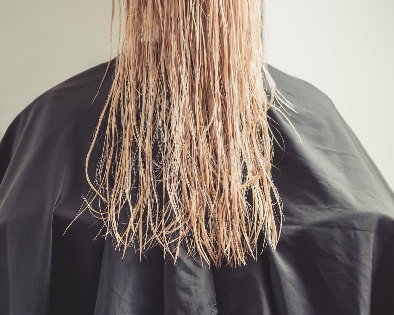 Belle jeune femme avec de longs cheveux blonds humides photo stock