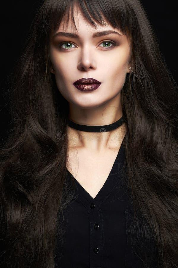 Belle jeune femme avec de longs cheveux sains photo libre de droits